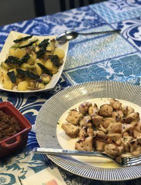 Spiedini di pollo marinato con salsa di pomodori secchi e noci e contorno di patate, cavoletti e chips di cavolo nero