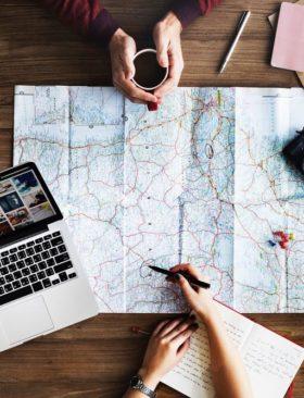 Guide e strumenti digitali per viaggiatori eno-gastronomici